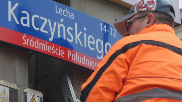 Wymiana tabliczek przy Trasie Łazienkowskiej Lech Marcinczak / tvnwarszawa.pl