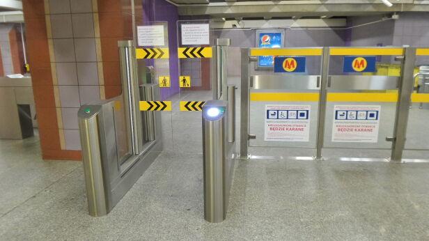 ZTM testowało szersze bramki w metrze Politechnika Lech Marcinczak /tvnwarszawa.pl