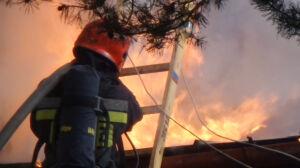 Pożar w Wawrze. Ogień objął całe poddasze